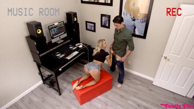 Звукорежиссер выебал в кабинете на красном пуфике начинающую певицу prew 3