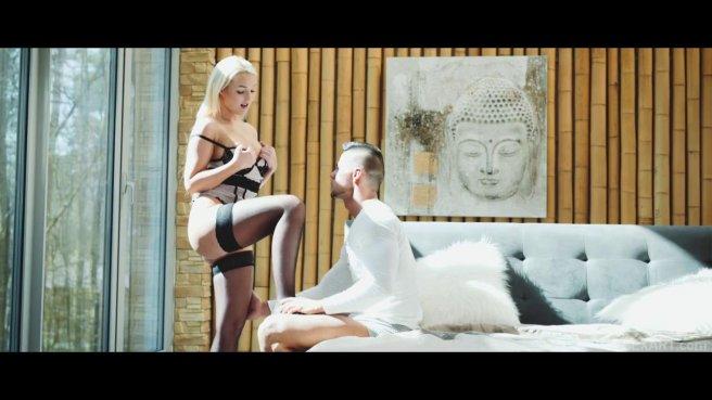Качок медленно входит большой дубиной в узкое влагалище блонды в чулках prew 2