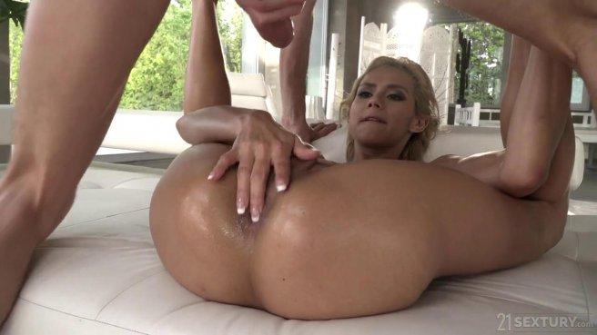 Милфа на эротическом массаже сидит анусом на толстой палке клиента prew 7